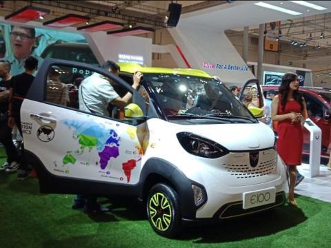 Masyarakat Makassar Bertemu dengan Mobil Listrik Mungil Wuling