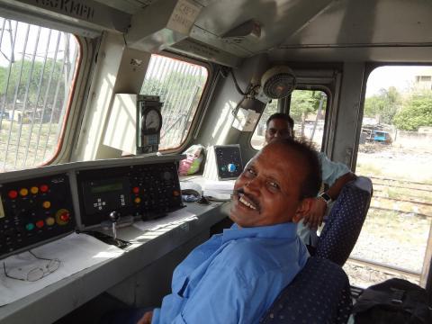लोको पायलट को कैसे पता चलता हैं कि ट्रेन को किस ट्रैक पर ले जाना हैं