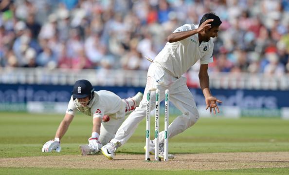 England दौरे पर गई भारतीय टीम ने जब इंग्लैंड के खिलाफ पहला Test Match  खेला तो वहां कुछ अजीवो गरीब देखने को मिला। कहा जाता है की Cricket विवधताओं का खेल; है। और यह है भी। cricket के Ground पर हमेशा से कुछ नया देखने को मिलता रहा है। England Team के Captain Joy Root द्वारा एक नया Celebration - Mic Drop देखने को मिला। वहीं Indian Cricket Team के Cpatain Virat Kohli ने भी Mic Drop Celibraion मनाया।