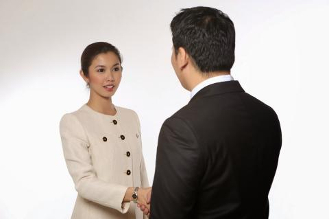6 Body Languages To Determine Whether Someone Likes You