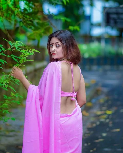 Check this Bengali model looks Hot in Saree