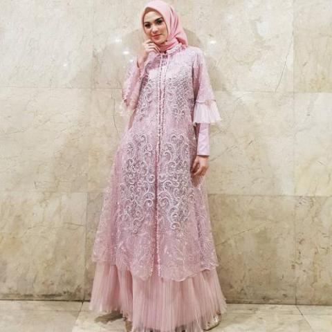 Anggun! Rekomendasi Aneka Busana Hijab Nuansa Pink Model Kebaya Modern